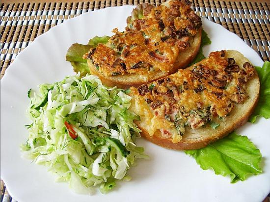 Горячие бутерброды на сковороде с колбасой