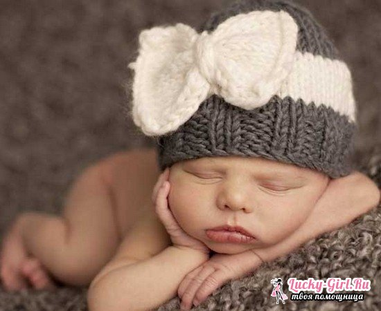 Вязаная шапочка для новорожденной девочки спицами и крючком