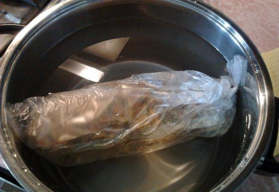Куриный рулет с желатином в пищевой пленке, запеченный в духовке